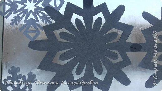 В нашей школе объявлен конкурс на украшение класса к Новому году.  , Вот такое красивое  ажурное украшение  сделали мы с ребятами  на окно. Идеей поделилась  мастерица Маri-12. Она продемонстрировала   украшение сцены. фото 19