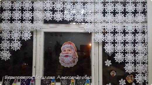 В нашей школе объявлен конкурс на украшение класса к Новому году.  , Вот такое красивое  ажурное украшение  сделали мы с ребятами  на окно. Идеей поделилась  мастерица Маri-12. Она продемонстрировала   украшение сцены. фото 14