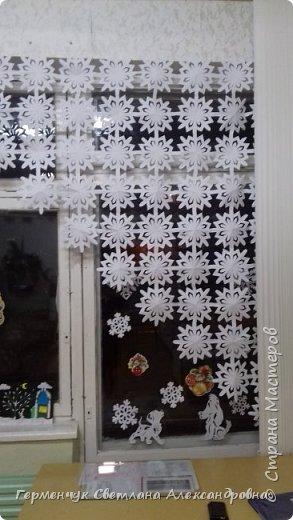 В нашей школе объявлен конкурс на украшение класса к Новому году.  , Вот такое красивое  ажурное украшение  сделали мы с ребятами  на окно. Идеей поделилась  мастерица Маri-12. Она продемонстрировала   украшение сцены. фото 15