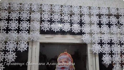 В нашей школе объявлен конкурс на украшение класса к Новому году.  , Вот такое красивое  ажурное украшение  сделали мы с ребятами  на окно. Идеей поделилась  мастерица Маri-12. Она продемонстрировала   украшение сцены. фото 17