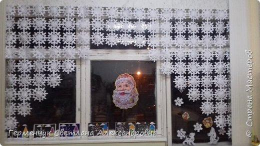 В нашей школе объявлен конкурс на украшение класса к Новому году.  , Вот такое красивое  ажурное украшение  сделали мы с ребятами  на окно. Идеей поделилась  мастерица Маri-12. Она продемонстрировала   украшение сцены. фото 18