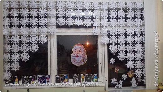 В нашей школе объявлен конкурс на украшение класса к Новому году.  , Вот такое красивое  ажурное украшение  сделали мы с ребятами  на окно. Идеей поделилась  мастерица Маri-12. Она продемонстрировала   украшение сцены. фото 1