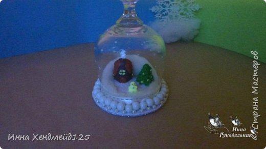 В том году сделала Зимнюю композицию, а в этом году захотела сделать из  нее Новогодний подсвечник. Всё так мило получилось, да ещё и светится в  темноте. Такой подсвечник будет всегда поднимать настроение и просто будет  радовать каждый Новый год и Рождество:)  Материалы: бокал, зимняя композиция, свеча, вата, клей, фетр, бусины, нитки, акриловая краска, лента. фото 8