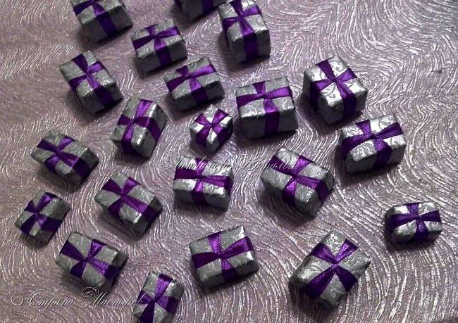 """Все привет. Все, как и в прошлом блоге  http://stranamasterov.ru/node/1121578 Основа - конус из монтажной пены, низ - из гипса, бусины, """"подарочки"""" из пеноплекса, обернутого обоями и атласной ленточкой, клубочки ниток - акриловая пряжа, готовые цветочки из фоамирана ... Шоколадные конфеты  - гипс, окраска, лакировка. Это фото сделал сосед по работе, в нашем местном уютном кафе... фото 17"""