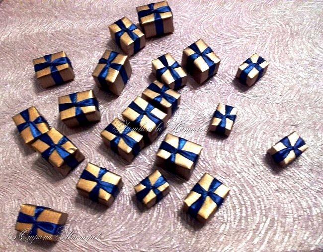 """Все привет. Все, как и в прошлом блоге  http://stranamasterov.ru/node/1121578 Основа - конус из монтажной пены, низ - из гипса, бусины, """"подарочки"""" из пеноплекса, обернутого обоями и атласной ленточкой, клубочки ниток - акриловая пряжа, готовые цветочки из фоамирана ... Шоколадные конфеты  - гипс, окраска, лакировка. Это фото сделал сосед по работе, в нашем местном уютном кафе... фото 16"""