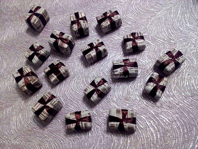 """Все привет. Все, как и в прошлом блоге  http://stranamasterov.ru/node/1121578 Основа - конус из монтажной пены, низ - из гипса, бусины, """"подарочки"""" из пеноплекса, обернутого обоями и атласной ленточкой, клубочки ниток - акриловая пряжа, готовые цветочки из фоамирана ... Шоколадные конфеты  - гипс, окраска, лакировка. Это фото сделал сосед по работе, в нашем местном уютном кафе... фото 15"""