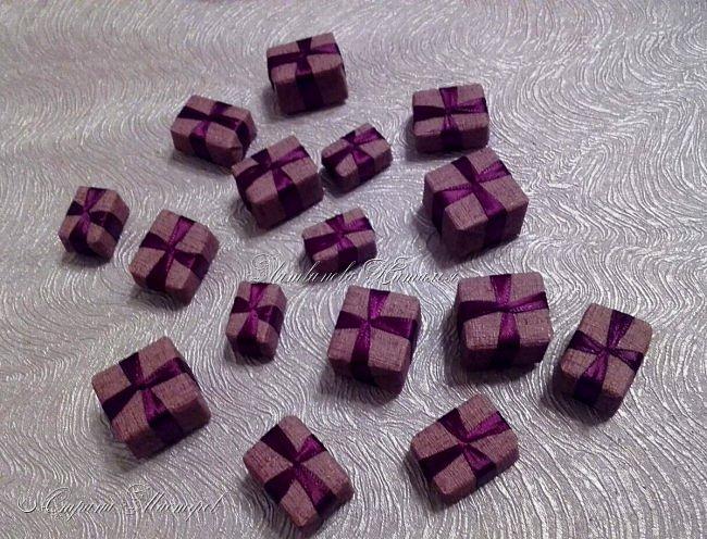 """Все привет. Все, как и в прошлом блоге  http://stranamasterov.ru/node/1121578 Основа - конус из монтажной пены, низ - из гипса, бусины, """"подарочки"""" из пеноплекса, обернутого обоями и атласной ленточкой, клубочки ниток - акриловая пряжа, готовые цветочки из фоамирана ... Шоколадные конфеты  - гипс, окраска, лакировка. Это фото сделал сосед по работе, в нашем местном уютном кафе... фото 14"""