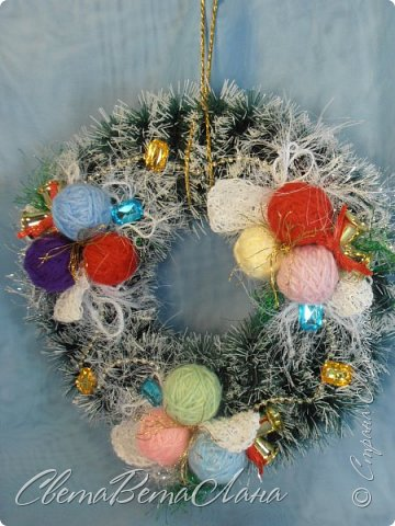 """Доброе время суток Страна.....всем,всем большой Привет....я тут смотрю Страна живет насыщенной ,новогодней жизнью.... и у меня сегодня тоже немножко новогоднего......работы простенькие, без""""причуд""""........... ......... венок с клубочками пряжи......основа картон гофрированый и мишура.... фото 1"""