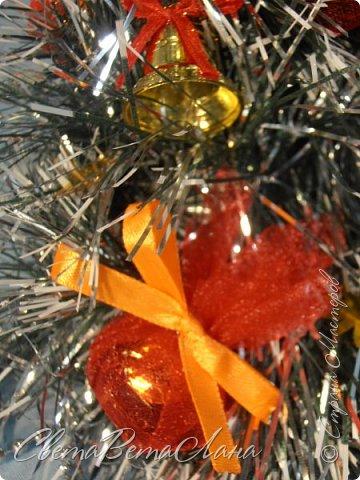 """Доброе время суток Страна.....всем,всем большой Привет....я тут смотрю Страна живет насыщенной ,новогодней жизнью.... и у меня сегодня тоже немножко новогоднего......работы простенькие, без""""причуд""""........... ......... венок с клубочками пряжи......основа картон гофрированый и мишура.... фото 9"""