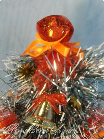 """Доброе время суток Страна.....всем,всем большой Привет....я тут смотрю Страна живет насыщенной ,новогодней жизнью.... и у меня сегодня тоже немножко новогоднего......работы простенькие, без""""причуд""""........... ......... венок с клубочками пряжи......основа картон гофрированый и мишура.... фото 10"""