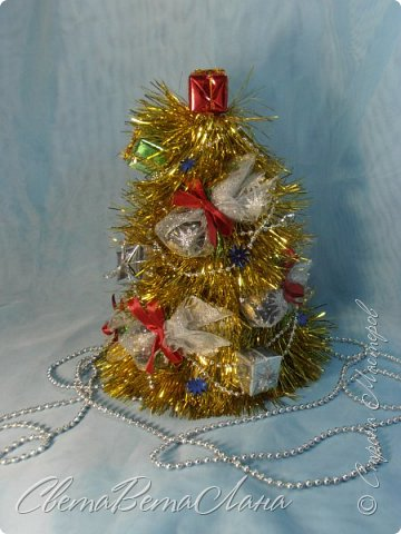 """Доброе время суток Страна.....всем,всем большой Привет....я тут смотрю Страна живет насыщенной ,новогодней жизнью.... и у меня сегодня тоже немножко новогоднего......работы простенькие, без""""причуд""""........... ......... венок с клубочками пряжи......основа картон гофрированый и мишура.... фото 11"""