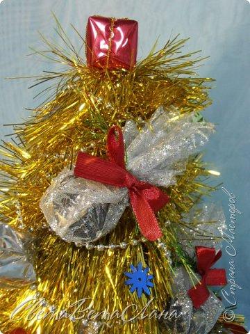 """Доброе время суток Страна.....всем,всем большой Привет....я тут смотрю Страна живет насыщенной ,новогодней жизнью.... и у меня сегодня тоже немножко новогоднего......работы простенькие, без""""причуд""""........... ......... венок с клубочками пряжи......основа картон гофрированый и мишура.... фото 12"""