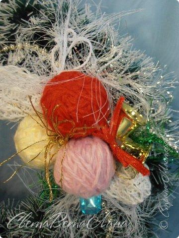 """Доброе время суток Страна.....всем,всем большой Привет....я тут смотрю Страна живет насыщенной ,новогодней жизнью.... и у меня сегодня тоже немножко новогоднего......работы простенькие, без""""причуд""""........... ......... венок с клубочками пряжи......основа картон гофрированый и мишура.... фото 2"""