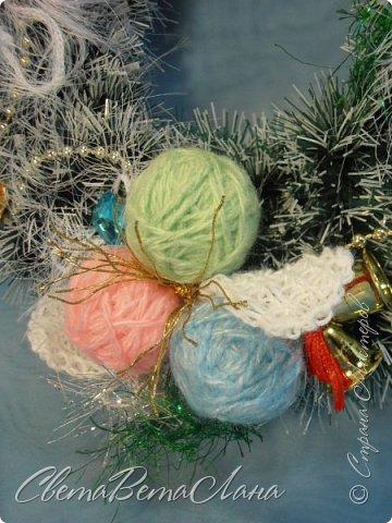 """Доброе время суток Страна.....всем,всем большой Привет....я тут смотрю Страна живет насыщенной ,новогодней жизнью.... и у меня сегодня тоже немножко новогоднего......работы простенькие, без""""причуд""""........... ......... венок с клубочками пряжи......основа картон гофрированый и мишура.... фото 3"""