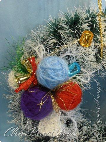 """Доброе время суток Страна.....всем,всем большой Привет....я тут смотрю Страна живет насыщенной ,новогодней жизнью.... и у меня сегодня тоже немножко новогоднего......работы простенькие, без""""причуд""""........... ......... венок с клубочками пряжи......основа картон гофрированый и мишура.... фото 4"""