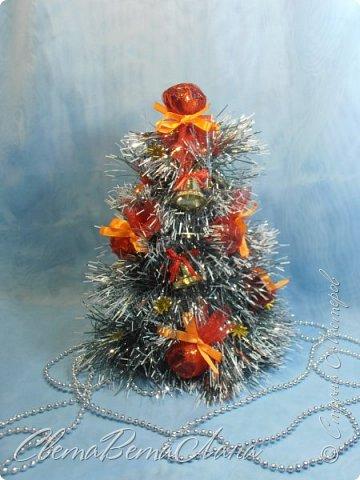"""Доброе время суток Страна.....всем,всем большой Привет....я тут смотрю Страна живет насыщенной ,новогодней жизнью.... и у меня сегодня тоже немножко новогоднего......работы простенькие, без""""причуд""""........... ......... венок с клубочками пряжи......основа картон гофрированый и мишура.... фото 8"""