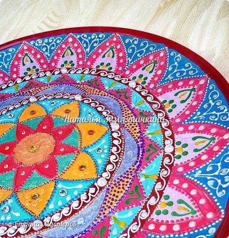 Тарелка керамическая 27 см в диаметре. Краски акриловые, контуры акриловые. Стразы, полу бусины.  фото 3