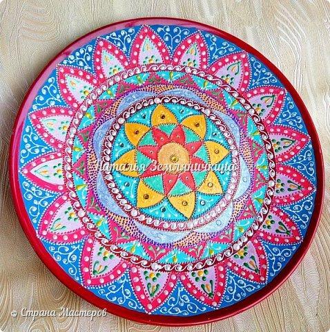 Тарелка керамическая 27 см в диаметре. Краски акриловые, контуры акриловые. Стразы, полу бусины.  фото 4