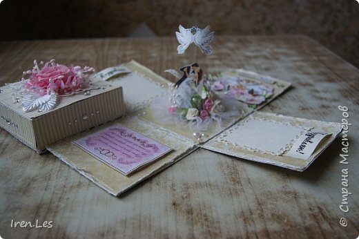 Привет, всем - всем, жителям Страны и гостям. Как и обещала, продолжаю показывать коробочки для денежного подарка на свадьбу, которые делала к августовским свадьбам. Хочу напомнить, что это вторая коробочка, будет еще одна, но чуть - чуть позже. Это общий вид коробочки. В ее изготовлении использовала бумагу двух производителей: снаружи бумага от Mr.Painter, внутри от DESIGN FLEUR. По цвету они очень подошли друг к другу. фото 3