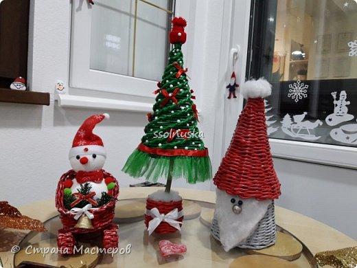Добрый вечер Страна! Наплелось кое-что к Новому году, хочу с вами поделится! Саночки и елка из газетной бумаги (гном с прошлого поста). фото 1