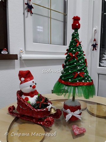 Добрый вечер Страна! Наплелось кое-что к Новому году, хочу с вами поделится! Саночки и елка из газетной бумаги (гном с прошлого поста). фото 2