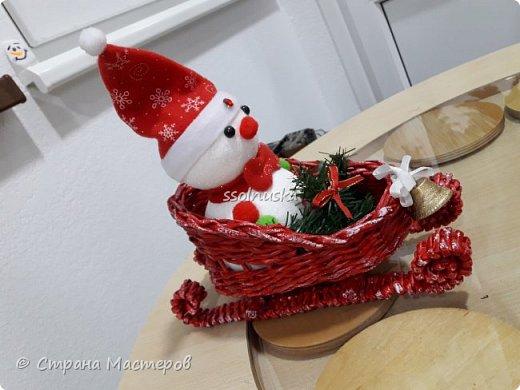 Добрый вечер Страна! Наплелось кое-что к Новому году, хочу с вами поделится! Саночки и елка из газетной бумаги (гном с прошлого поста). фото 3