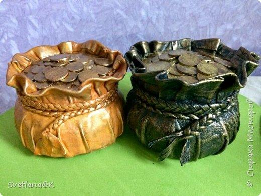 Всем доброго дня! Давно собиралась сделать денежные мешочки.....                            Много мастериц пополнили ими свои коллекции     http://stranamasterov.ru/node/1077842?c=favorite. http://stranamasterov.ru/node/1101948?c=favorite Вот к Новому году решила сделать для друзей подарки - пожелание материального благополучия..... Мешочек с деньгами как раз подходит... Вот какие красавцы получились.... фото 1