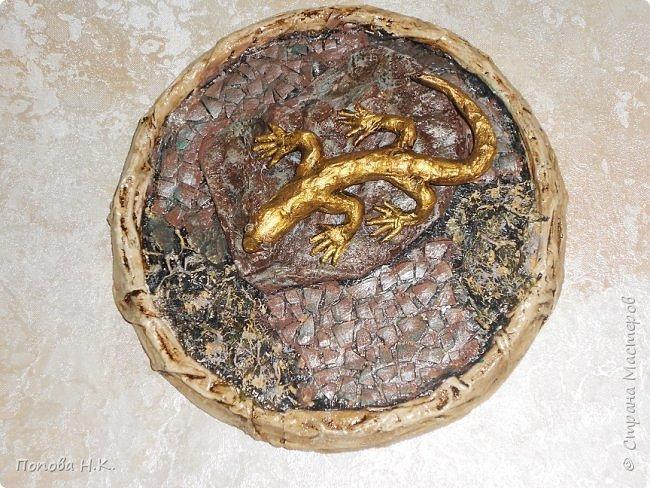 Ящерица пластилиновая, оклеила салфетками, покрасила. фото 1