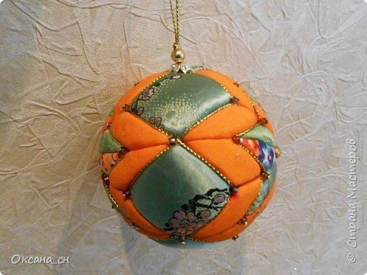 Здравствуйте! Скоро Новый год и хочется новые и красочные новогодние украшения на ёлку. В интернете натолкнулась на новую для меня технику - кимекоми. Хочу поделиться результатом своей работы. Это мой второй шар в технике кимекоми. Училась здесь: http://www.zhordochka.com/2015/11/kimekomi-ball-tutorial-2.html фото 2