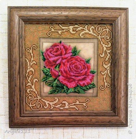 Закончила эту красоту. Паспарту вышивается обычным бисером, а розы— ювелирным.  фото 1