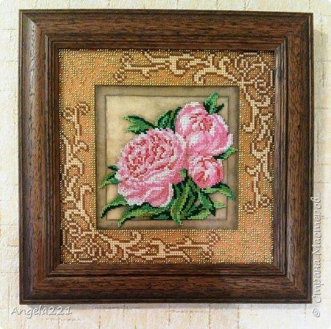 Закончила эту красоту. Паспарту вышивается обычным бисером, а розы— ювелирным.  фото 2