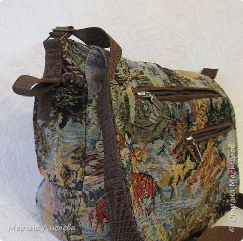 Сшила себе из гобелена удобную для поездок сумку. Удобную потому, что много карманов и можно одеть как на плечо, так и, удлинив ручку, через плечо. Два прорезных кармана в рамочку с молниями на клапане, один на молнии с обратной стороны сумки, малюсенький на липучке сбоку. Два кармана внутри – один на молнии под кошелек, один сбоку под документы или… Размер сумки: ширина- 35см, высота – 28 см, глубина -9 см. Ушло 60см гобелена при ширине -150см., 1,5м. коричневой молнии + одна серая на внутренний карман, 3,5 м. стропы, подкладка, липучка, фурнитура. фото 5