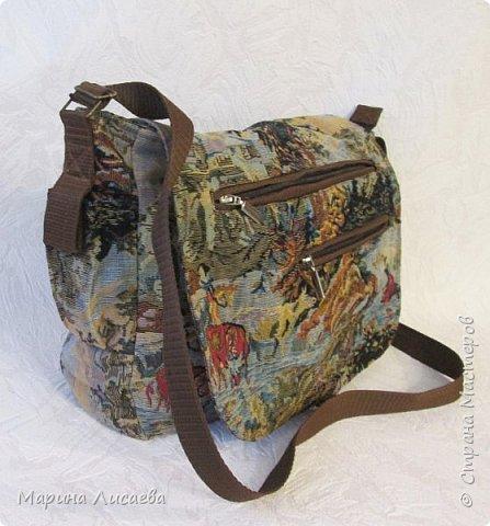 Сшила себе из гобелена удобную для поездок сумку. Удобную потому, что много карманов и можно одеть как на плечо, так и, удлинив ручку, через плечо. Два прорезных кармана в рамочку с молниями на клапане, один на молнии с обратной стороны сумки, малюсенький на липучке сбоку. Два кармана внутри – один на молнии под кошелек, один сбоку под документы или… Размер сумки: ширина- 35см, высота – 28 см, глубина -9 см. Ушло 60см гобелена при ширине -150см., 1,5м. коричневой молнии + одна серая на внутренний карман, 3,5 м. стропы, подкладка, липучка, фурнитура. фото 4