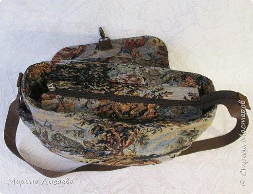 Сшила себе из гобелена удобную для поездок сумку. Удобную потому, что много карманов и можно одеть как на плечо, так и, удлинив ручку, через плечо. Два прорезных кармана в рамочку с молниями на клапане, один на молнии с обратной стороны сумки, малюсенький на липучке сбоку. Два кармана внутри – один на молнии под кошелек, один сбоку под документы или… Размер сумки: ширина- 35см, высота – 28 см, глубина -9 см. Ушло 60см гобелена при ширине -150см., 1,5м. коричневой молнии + одна серая на внутренний карман, 3,5 м. стропы, подкладка, липучка, фурнитура. фото 7