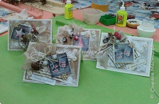 Думаю, материал для такой открытки найдется у многих. Эко-стиль в открытках - это использование природного материала (шишки, ягоды, засушенные листья, ракушки, камушки и т.п.) бросового материала (упаковочный картон, мятая газета), натуральных тканей (мешковина, лен, хлопок и т.п.) джутовые, бумажные шпагаты, элементы из дерева, коры. Цветовое решение - натуральное,неброское. Хотя можно допустить немного ярких пятен. фото 11