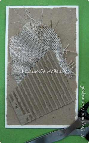 Думаю, материал для такой открытки найдется у многих. Эко-стиль в открытках - это использование природного материала (шишки, ягоды, засушенные листья, ракушки, камушки и т.п.) бросового материала (упаковочный картон, мятая газета), натуральных тканей (мешковина, лен, хлопок и т.п.) джутовые, бумажные шпагаты, элементы из дерева, коры. Цветовое решение - натуральное,неброское. Хотя можно допустить немного ярких пятен. фото 4