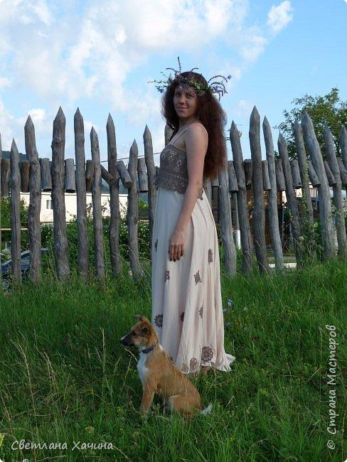 Хотелка возникла давно, я увидела платье в интернете с вязанными крючком деталями и загорелась, но так-как вязальная Муза меня покинула давно и наверно навсегда то платье рождалось в муках. Кокетку связала в год назад, в Нижнем Новгороде, мы жили в квартире в которой начали ремонт и оставили эту идею в самом начале, ободранные стены, сорванные шторы, странная мебель и полное отсутствие телевизора-интернета. Какая прелесть, мы в свободное время и когда были силы, целыми днями бегали по городу в поисках нужного объекта и домой приползали выжатые , как лимоны, мы если оставались силы читали книги и я вязала.  фото 7