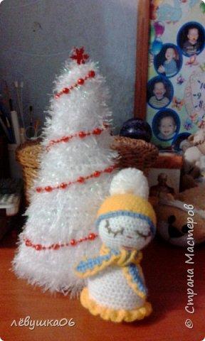 В ожидании самого светлого праздника мы не скучаем-понемногу развлекаемся.. белая пушистая ёлочка со снеговиком -сплюшкой украсила группу детского сада
