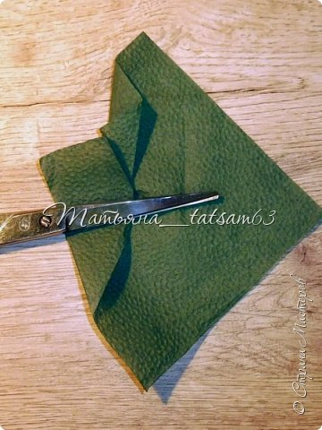 Здравствуйте! Опять я к вам с розочками.  Розочки из салфеток я уже делала: http://stranamasterov.ru/node/954307, но эти от них очень отличаются!  фото 36