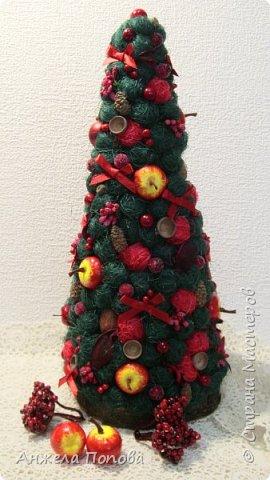 Елочка из природных материалов - несколько видов шишек, желуди, орехи, срезы дерева, корица, косточки, сизаль, рафия. Высота 35 см. Закреплена на срезе дерева. фото 5
