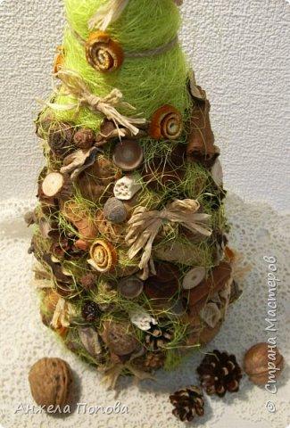 Елочка из природных материалов - несколько видов шишек, желуди, орехи, срезы дерева, корица, косточки, сизаль, рафия. Высота 35 см. Закреплена на срезе дерева. фото 4