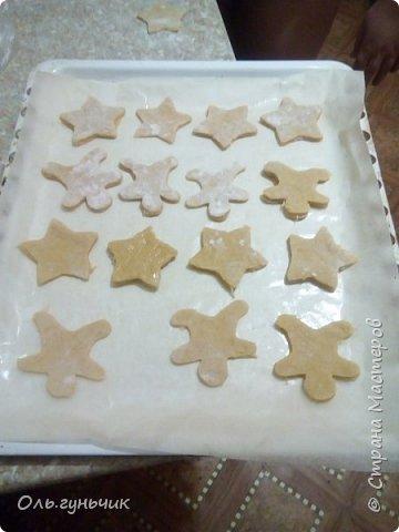 Сегодня у нас по календарю ожидания Нового года - День новогоднего печенья!!! Вот такие яркие печенюшки у нас получились!!! Если кому интересно расскажу как мы их делали... Этот рецепт у меня нашел сын Вова. Мы его уже несколько раз испробовали))) Я не особо люблю печенье, но это очень вкусное! печенье и на другой день остается мягким и вкусным! Поэтому не стала я искать другой рецепт, а решила оновогодить этот))) и добавить глазурь! Так что на кухне командовала не я, а мои дети, уже много раз делавших это печенье! но с глазурью то интереснее))) фото 9
