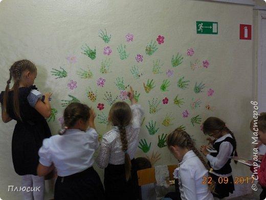 Рада поделиться идеей. Такое дерево выросло осенью в школе силами учеников начальных классов. Хотя потом захотели присоединиться и более старшие дети. Позднее появился и ёжик. Руки-стволы сделаны из сжатой кальки, потом покрашены краской, передавая кору дерева. фото 7