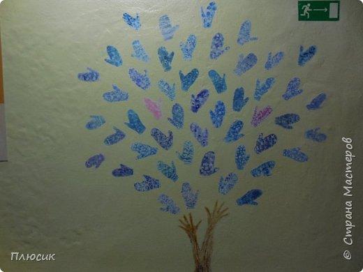 Рада поделиться идеей. Такое дерево выросло осенью в школе силами учеников начальных классов. Хотя потом захотели присоединиться и более старшие дети. Позднее появился и ёжик. Руки-стволы сделаны из сжатой кальки, потом покрашены краской, передавая кору дерева. фото 11
