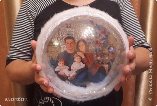 Здравствуйте мастерицы. Купила пластиковые новогодние шары диаметром 16 см. Шары оказались без перегородки, из двух половинок без украшения. Я их украсила фотографиями молодой семьи моего братика. фото 2