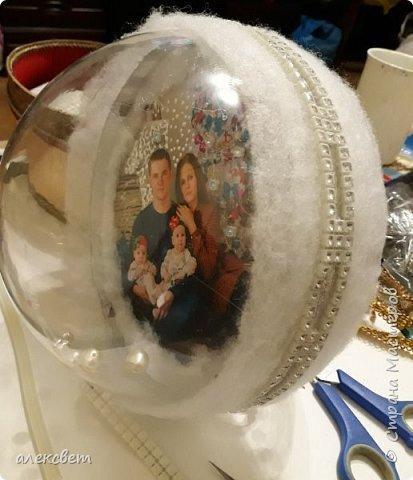 Здравствуйте мастерицы. Купила пластиковые новогодние шары диаметром 16 см. Шары оказались без перегородки, из двух половинок без украшения. Я их украсила фотографиями молодой семьи моего братика. фото 20