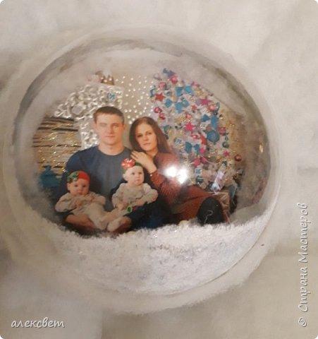 Здравствуйте мастерицы. Купила пластиковые новогодние шары диаметром 16 см. Шары оказались без перегородки, из двух половинок без украшения. Я их украсила фотографиями молодой семьи моего братика. фото 23