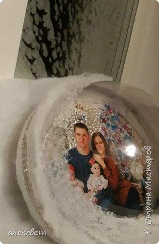 Здравствуйте мастерицы. Купила пластиковые новогодние шары диаметром 16 см. Шары оказались без перегородки, из двух половинок без украшения. Я их украсила фотографиями молодой семьи моего братика. фото 26