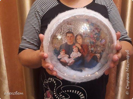 Здравствуйте мастерицы. Купила пластиковые новогодние шары диаметром 16 см. Шары оказались без перегородки, из двух половинок без украшения. Я их украсила фотографиями молодой семьи моего братика. фото 29