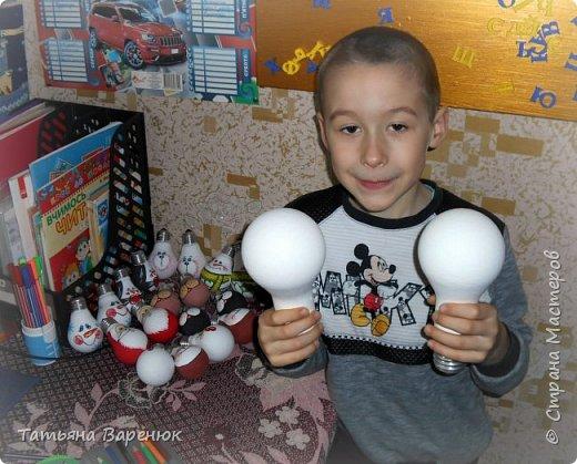 И снова мы делаем новогодние игрушки из перегоревших лампочек=)  Перегорела лампочка? Не стоит ее выбрасывать! Из нее можно сделать множество милых вещиц.  Вот мы так и сделали=)  Вдохнули вторую жизнь в безликие стеклянные перегоревшие лампочки,которые потом ещё не раз заставят нас улыбаться фото 10